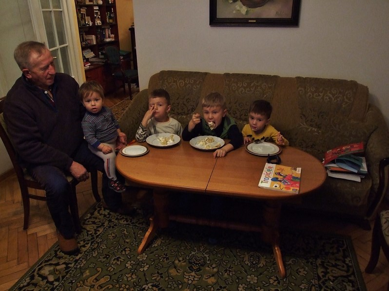Dziadek z ukochanymi wnuczkami / od lewej: Tomek, Antoś, Jasio i Wojtuś /