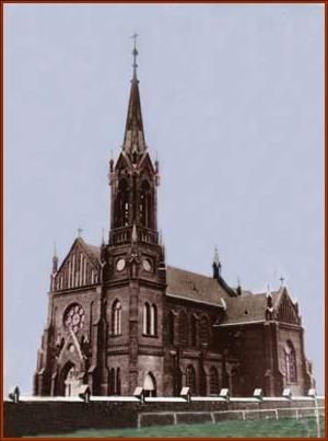 Zdjęcie przedstawia zniszczoną podczas wojny wieżę obecnego kościoła. Fotografie obydwu kościołów pochodzą z pracy L. Zugaja, Dzieje samorządności i adm. w Komarówce Podl.